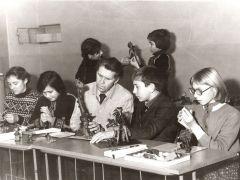 И.М. Асташкин с учащимися на уроке скульптуры. 3 декабря 1983 года
